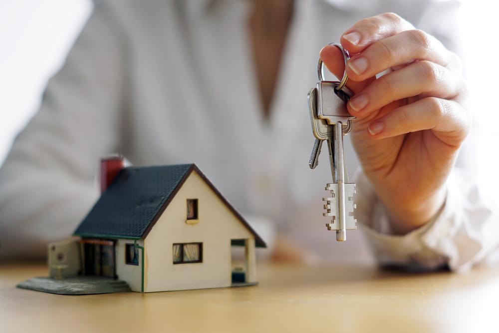 家の売買を考えている人の接写