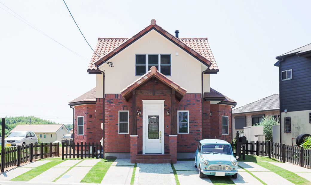 レンガと塗り壁のツートーンデザインのかわいい家