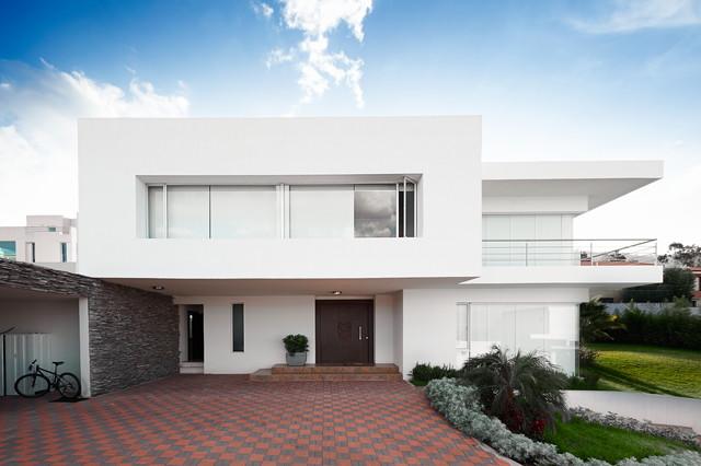 清廉さを漂わせる白い家