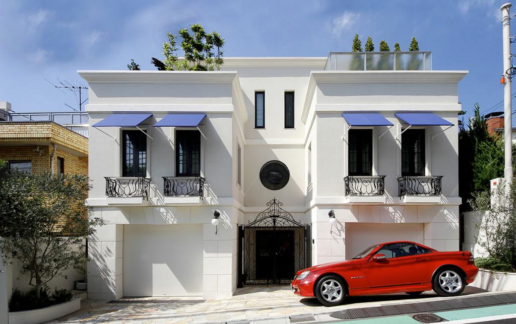 街並みに浮かびあがる白い家