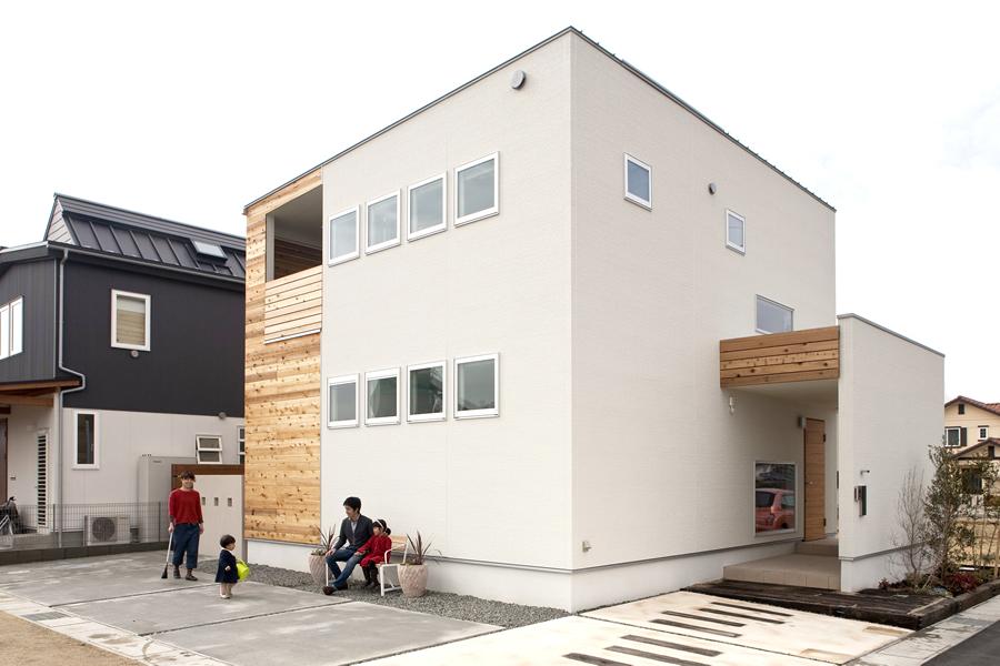 シンプルな木と白い壁が組み合う箱型の家