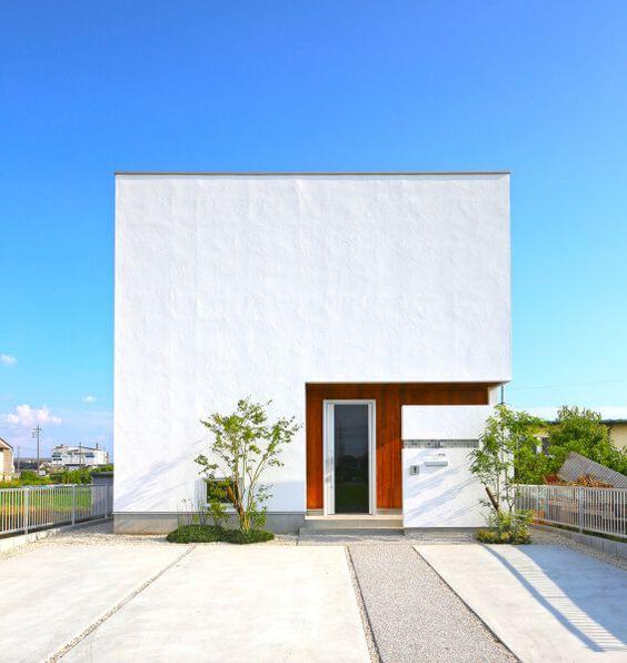 吹き抜けリビングと中庭が開放的な、青空が映えるキューブ形の家