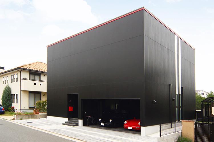 大空間、構造、ガレージにこだわった ブラックキューブハウス